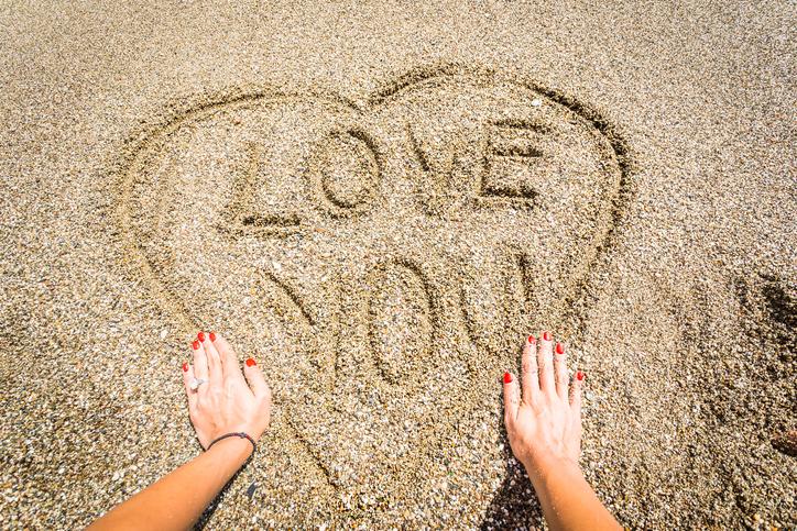 砂にLOVE YOUの落書き