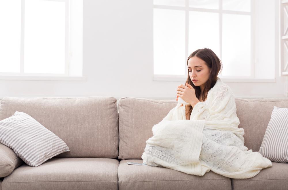 毛布にくるまる女性