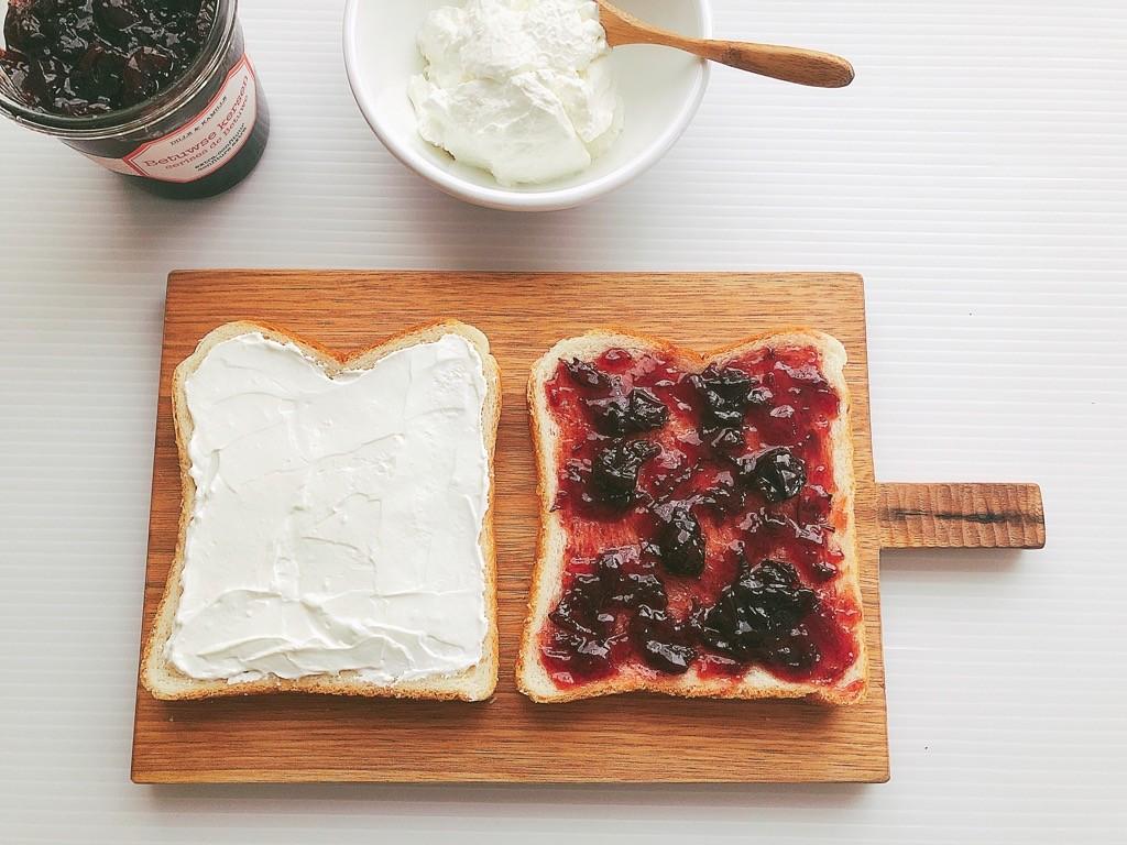 食パンにジャムとヨーグルトを塗布