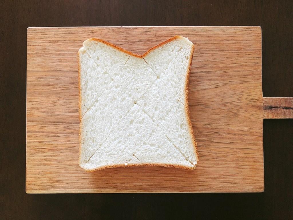 斜めに切り込みを入れた食パン
