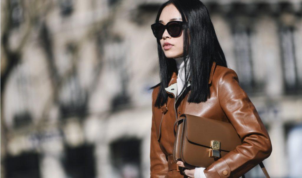 レザーコートを着た女性