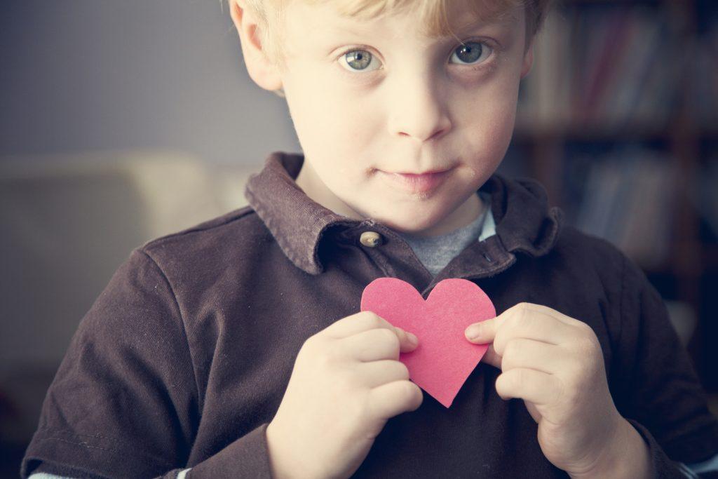 ハート型のカードを持つ男の子