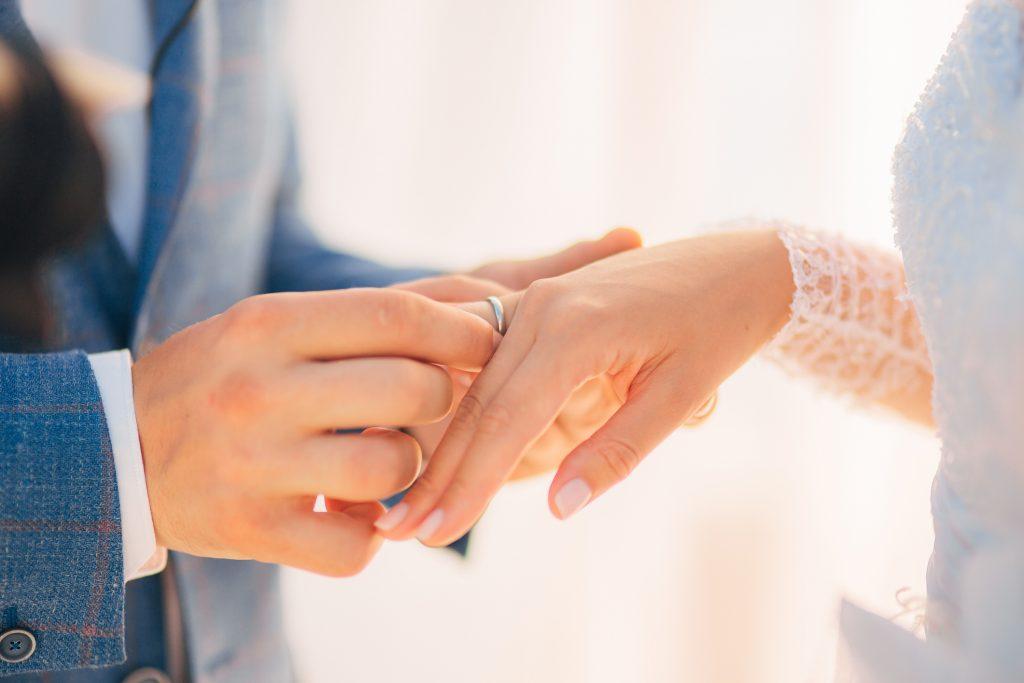 指輪交換する新郎新婦