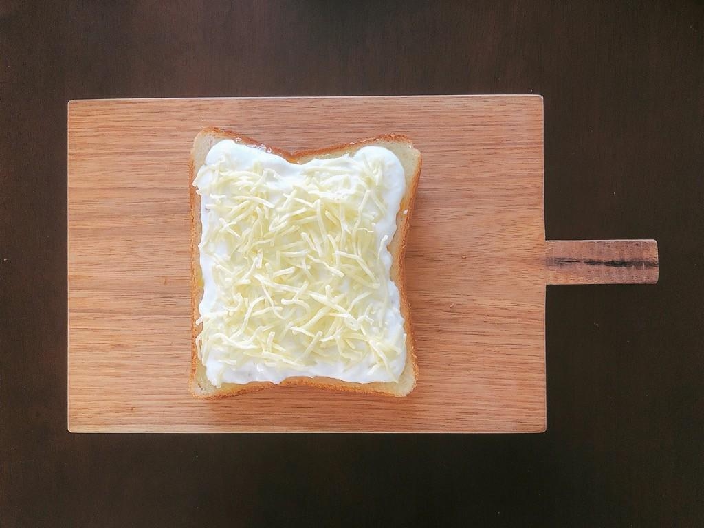 シュレッドチーズをトッピング