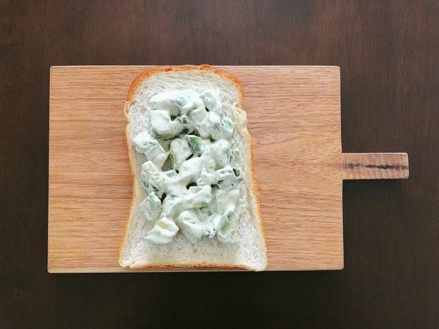 食パンにアボカドをのせる