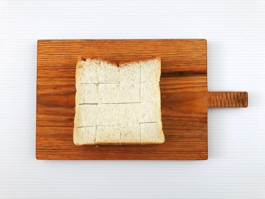 食パンを賽の目にカット