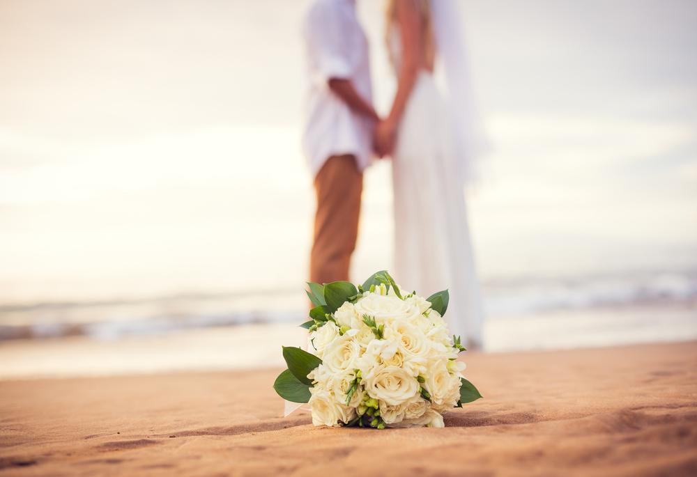海辺で手を繋ぐ新郎新婦