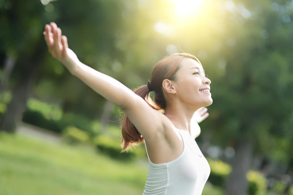 腕を上げる女性