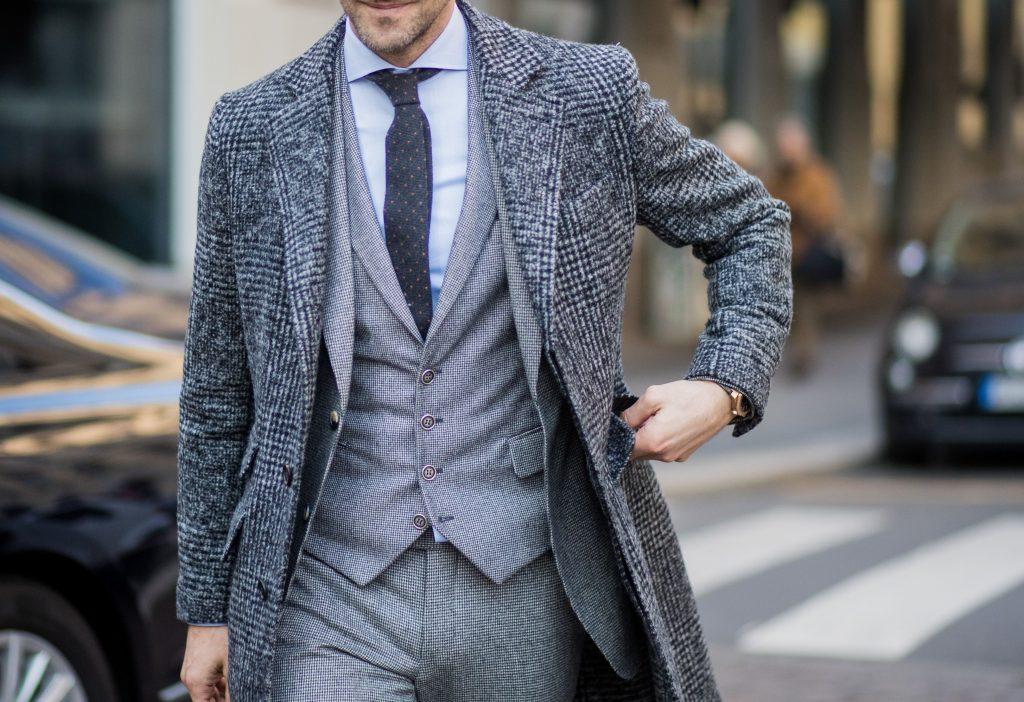 ツイードのコートを着た男性