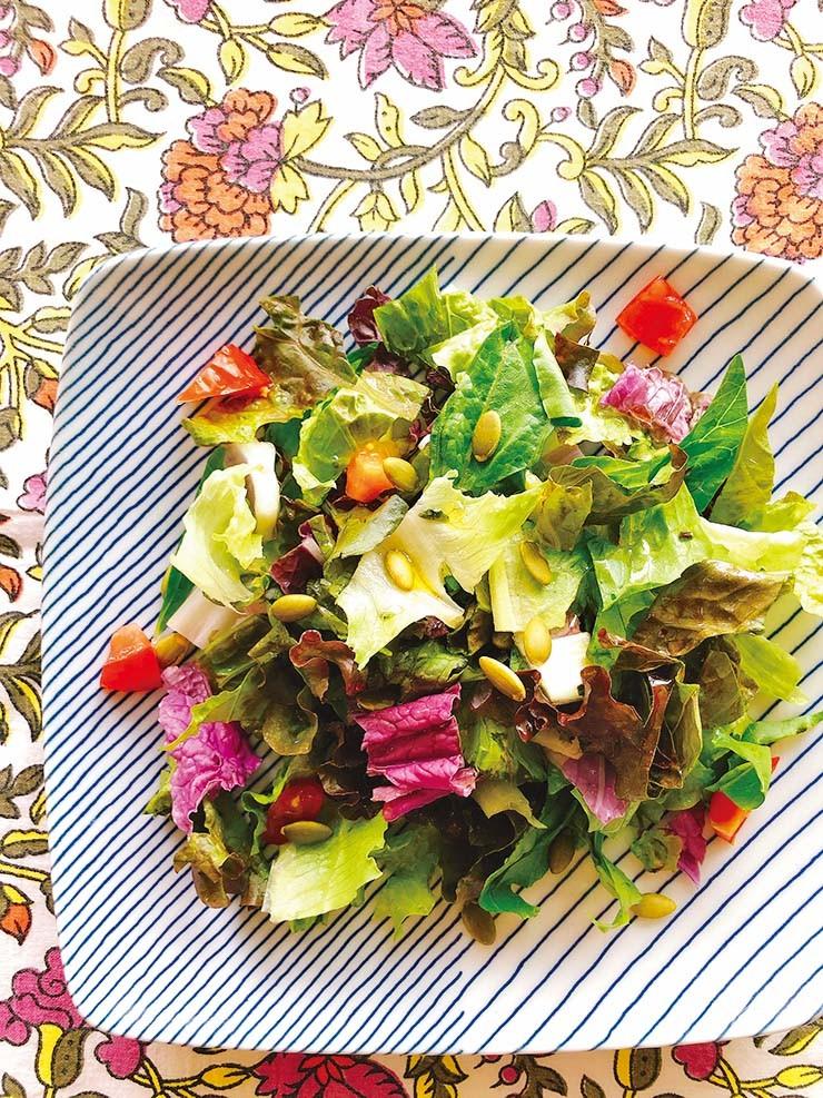 野菜サラダにパンプキンシードをトッピング