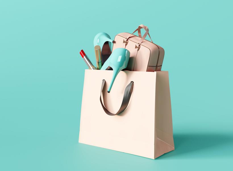 ファッションアイテムが詰め込まれた紙袋