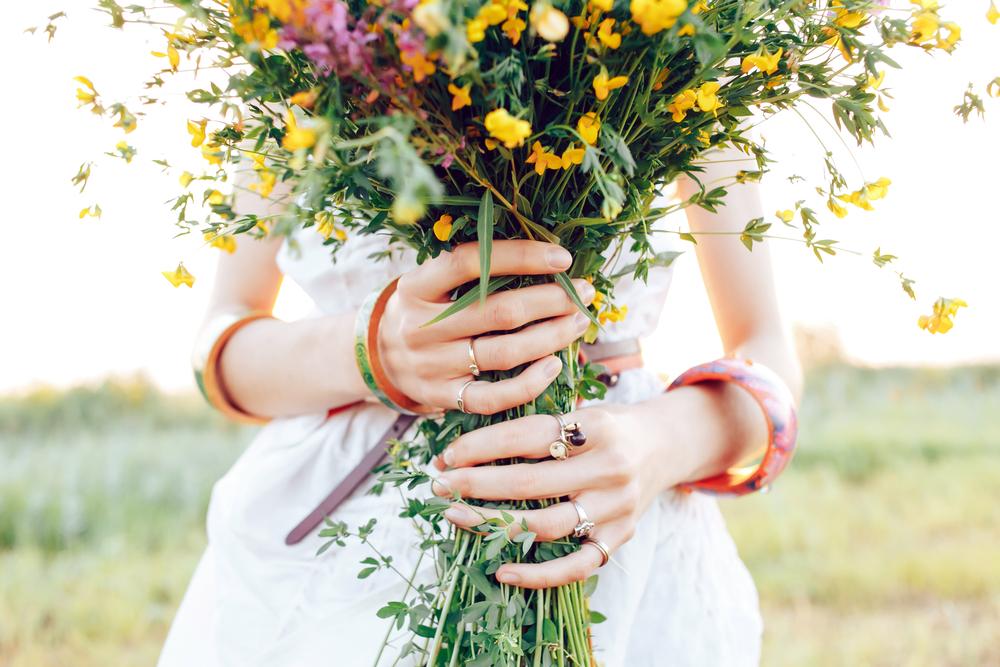 花束を持つ女性の手元