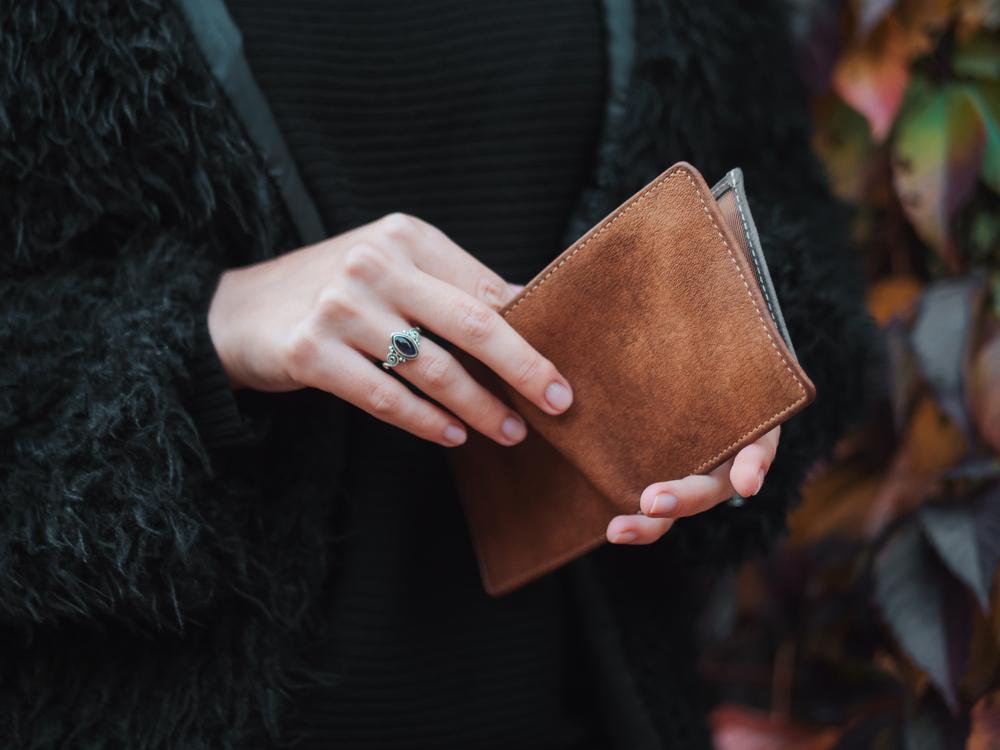 財布を持つ女性の手元