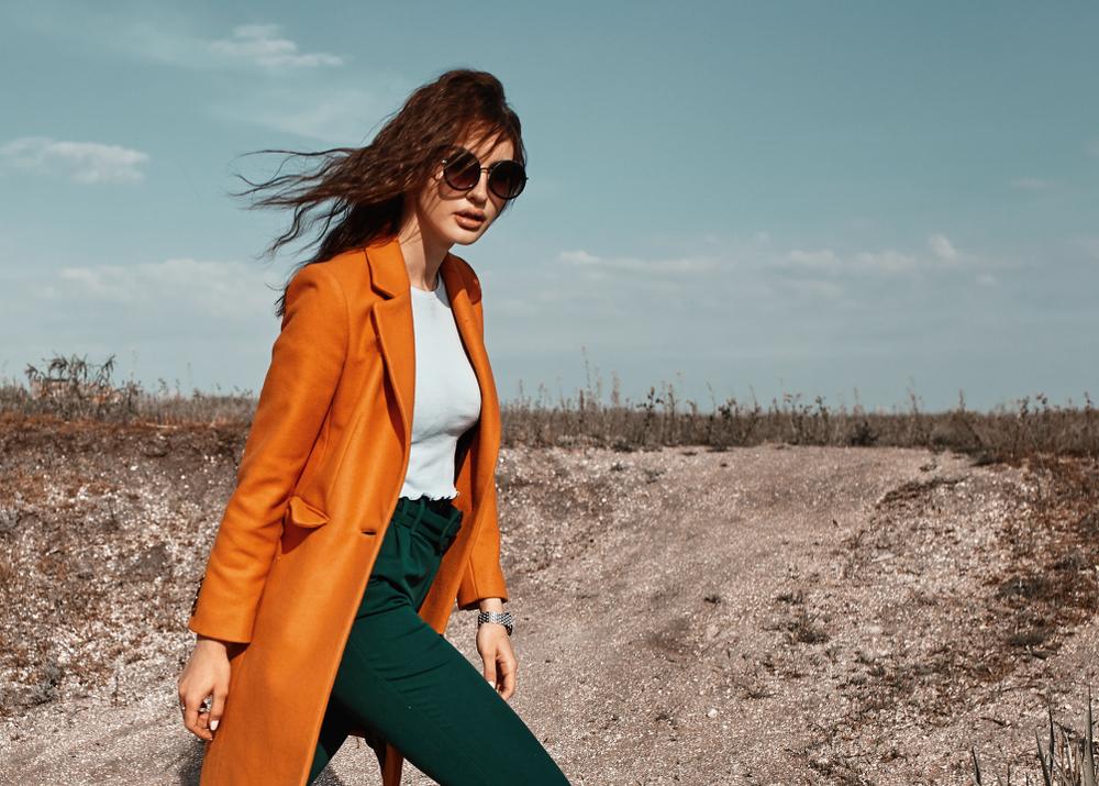 オレンジのコートを着た女性